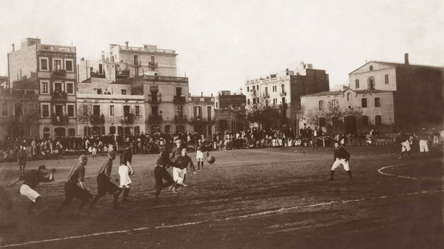Historic photo of a game being played at Carrer de Muntaner
