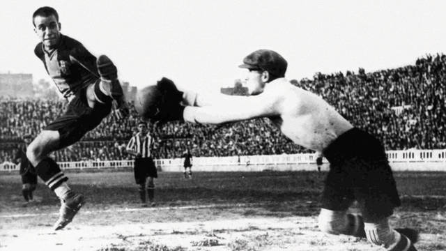 Old photo of Josep Samitier in action during a game