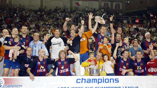 L'equip d'handbol celebrant la Champions 2004-05