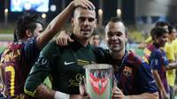 Valdés and Iniesta with the European Super Cup / PHOTO: MIGUEL RUIZ - FCB