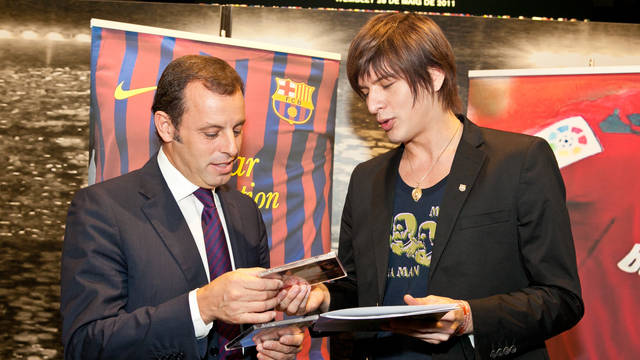 Yu talking with President Rosell