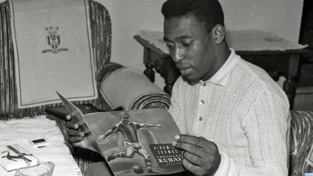 Pelé reading Kubala's book / PHOTO: ARXIU FCB