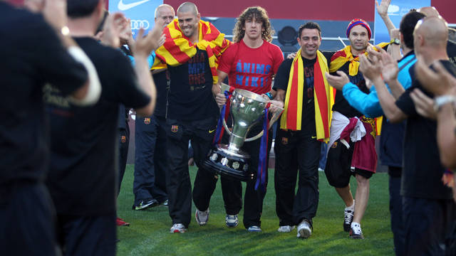 The captains Valdés, Puyol, Xavi and Iniesta, presenting the 2010/11 Liga trophy to the Camp Nou supporters. PHOTO: MIGUEL RUIZ-FCB.