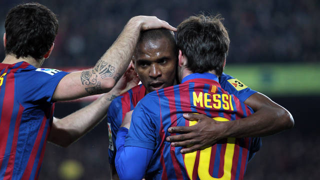 Abidal hugs Messi in the match against Valencia at the Camp Nou / PHOTO: ARXIU FCB
