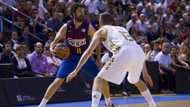 Navarro against Sergio Rodríguez during the match at the Palau / PHOTO: Àlex Caparrós - FCB