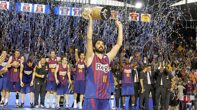 Navarro with the Club's 17th ACB title / PHOTO: ARXIU FCB