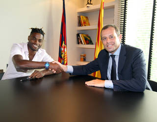 Alex Song and Sandro Rosell / PHOTO: MIGUEL RUIZ - FCB