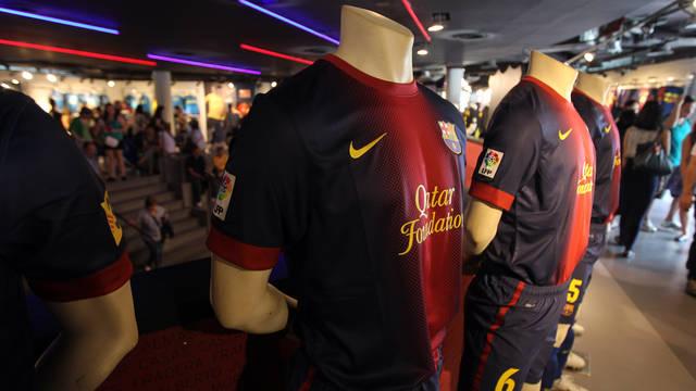 Vista desde la entrada de la Botiga en el Camp Nou con maniquis con la camiseta del FCB