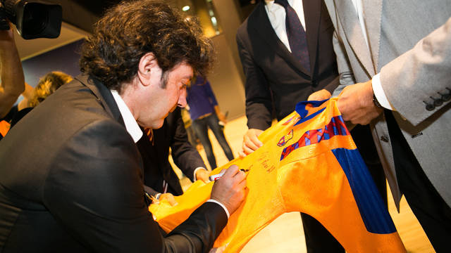 Bakero signs his jersey / PHOTO: GERMÁN PARGA - FCB
