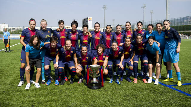FCB's Women's team with last year's Superliga trophy / PHOTO: ARXIU FCB