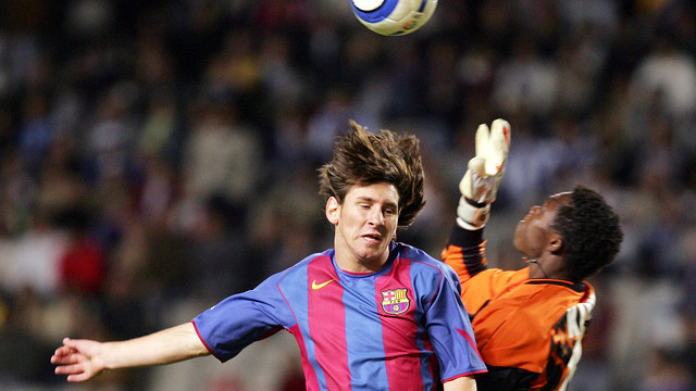 Messi and Kameni, on the day of the Argentine's debut  (16-10-04). PHOTO: MIGUEL RUIZ-FCB.