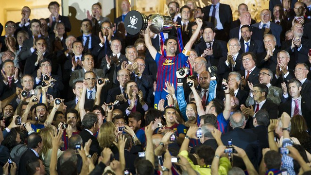 Xavi aixeca la Copa del Rei assolida la temporada passada / FOTO: ARXIU FCB