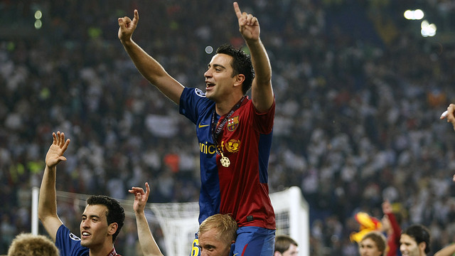 Xavi, in Rome, on Gudjohnsen's shoulders. PHOTO: MIGUEL RUIZ-FCB.