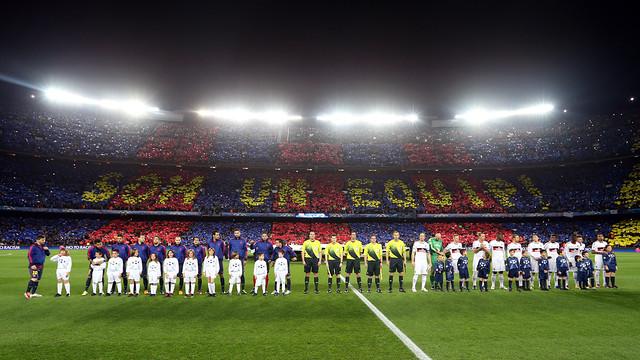 Los jugadores del Barça y del Milan, sobre el césped del Camp Nou. FOTO: MIGUEL RUIZ — FCB
