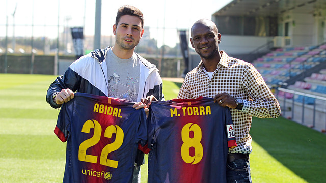 Abidal receives the roller hockey shirt from Torra/ PHOTO: MIGUEL RUIZ - FCB