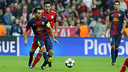 Xavi making a pass at the Allianz Arena / PHOTO: MIGUEL RUIZ-FCB