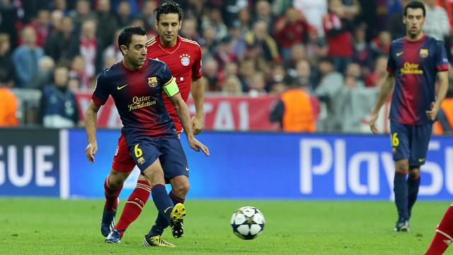 Xavi making a pass at the Allianz Arena / PHOTO: MIGUEL RUIZ-FCB