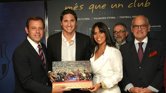 Edmílson and his wife with President Rosell and vice president Vilarrubí. PHOTO: MARTA BECERRA-FCB.