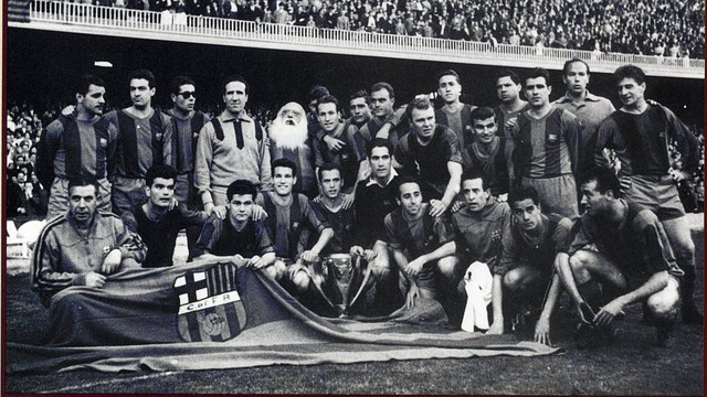 1958/59 league winning side celebrating the trophy at the  Camp Nou / PHOTO: ARXIU FCB
