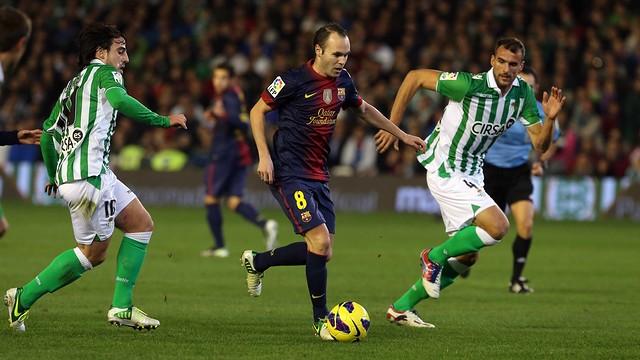 Iniesta against Betis / Photo Miguel Ruiz
