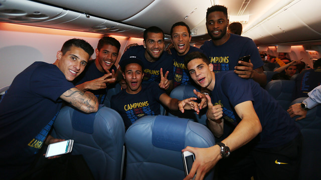 Tello, Dos Santos, Thiago, Alves, Adriano, Song i Bartra, eufòrics dins l'avió / FOTO: MIGUEL RUIZ-FCB