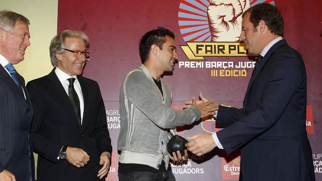 Xavi recibe el premio de manos del presidente Rosell / FOTO: MIGUEL RUIZ — FCB