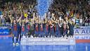 Els jugadors, aixecant la Lliga. FOTO: VICTOR SALGADO - FCB