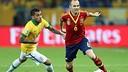 Alves et Iniesta, pendant la finale / PHOTO: FIFA.COM