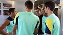 Thiago, chatting with Alexis, Bartra, Cuenca and Dos Santos / PHOTO: MIGUEL RUIZ-FCB