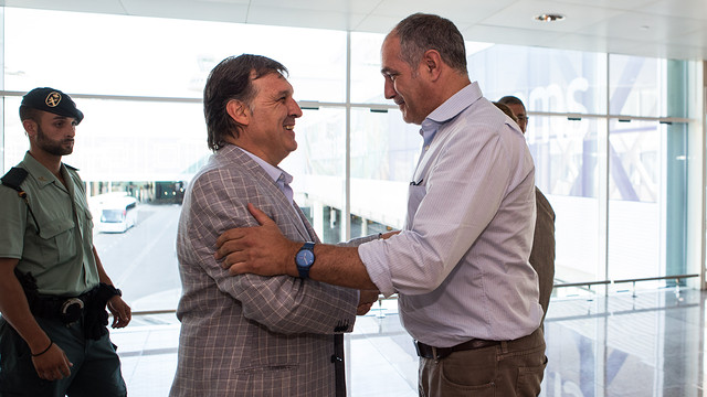 Gerardo Martino and Andoni Zubizarreta at El Prat Airport / PHOTO: GERMÁN PARGA-FCB