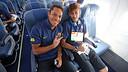 Adriano i Neymar, asseguts dins l'avió / FOTO: MIGUEL RUIZ-FCB