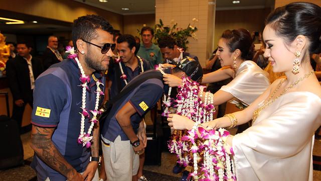 Alves i Neymar, arribant a Bangkok. FOTO: MIGUEL RUIZ-FCB.
