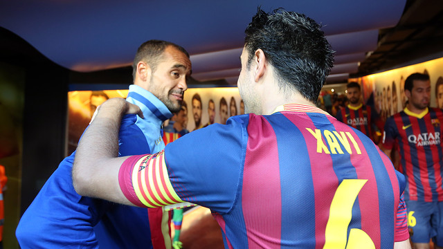 Xavi greets Juanfran / PHOTO: MIGUEL RUIZ - FCB