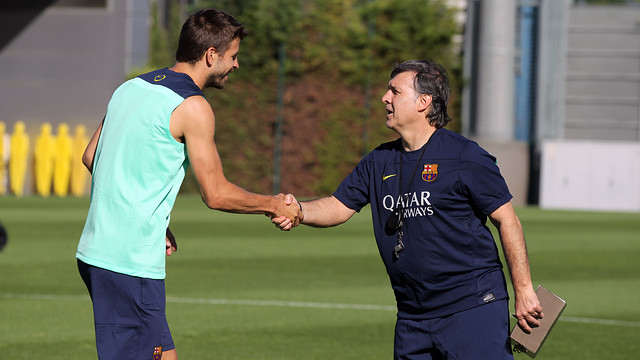 Tata Martino shakes hands with Gerard Piqué in a training sesison in July/ PHOTO: MIGUEL RUIZ - FCB