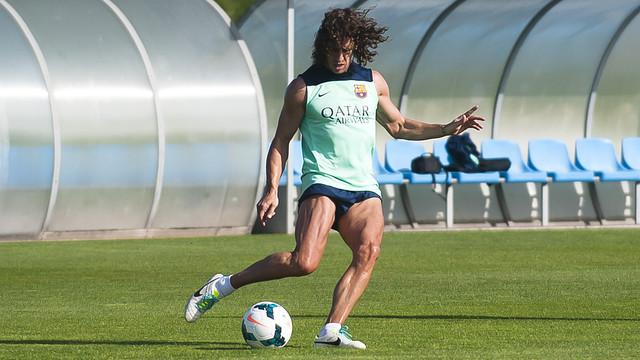 Carles Puyol fa exercicis de recuperació amb la pilota / FOTO: VICTOR SALGADO