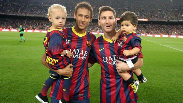 Neymar dan Messi sedang mengendong anak mereka masing-masing