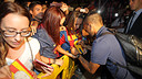Alves signing a shirt for a fan on his arrival in Almeria / PHOTO: MIGUEL RUIZ - FCB