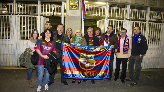 Foto de grupo de la inauguración de escudo de la peña barcelonista almadén de la plata