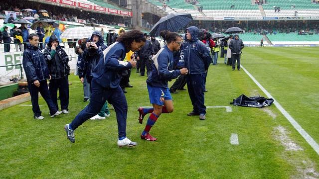 Davids and Ronaldinho at the waterlogged Villamarín in 2004. PHOTO: MIGUEL RUIZ-FCB.