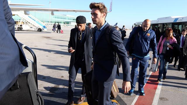 Sergi Gómez and Neymar boarding the flight to Amsterdam / PHOTO: MIGUEL RUIZ - FCB