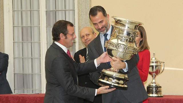 Sandro Rosell receives the Copa Stadium from Prince Felipe / PHOTO: Casa de S.M. el Rey / Borja Fotógrafos