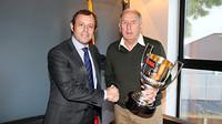 Imatge de Sandro Rosell i Carles Rexach, amb el premi de 'Marca' que li va ser lluirat a Tito Vilanova