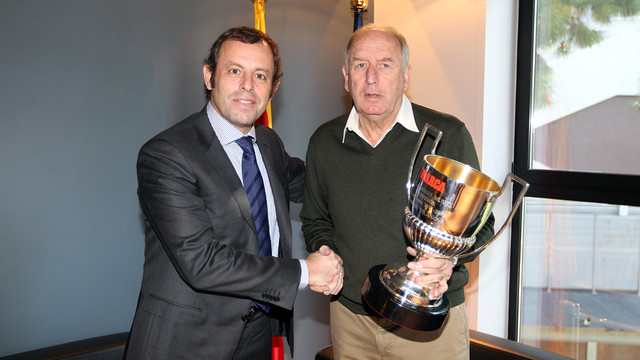 Sandro Rosell andi Carles Rexach, with the 'Marca' trophy that they presented to Tito Vilanova on Saturday / PHOTO: MIGUEL RUIZ - FCB