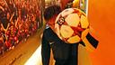 Neymar, autor d'un hat-trick contra el Celtic, amb la pilota del partit / FOTO: MIGUEL RUIZ - FCB