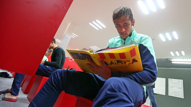 Neymar Jr amb el llibre 'Barça. El coratge dels campions' / FOTO: MIGUEL RUIZ - FCB