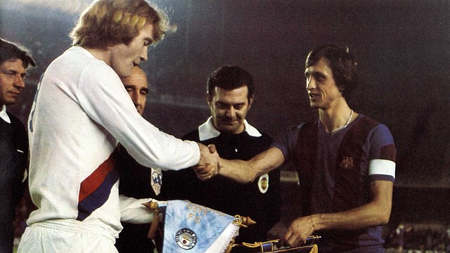 Barça captain Johan Cruyff exchanging penants with the City captain before the game to mark the Club's 75th anniversary. PHOTO: ARXIU FCB.