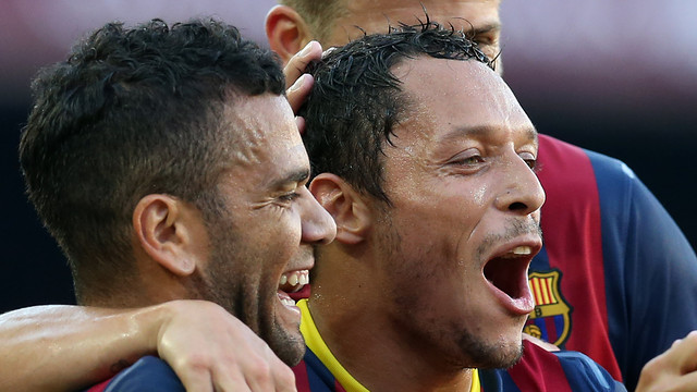 Dani Alves and Adriano celebrate a goal / PHOTO: ARCHIVE-FCB