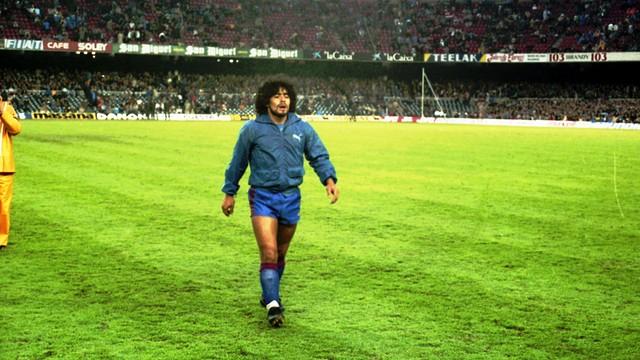Diego Armando Maradona urodził się 30 października 1960 roku w Lanus na  przedmieściach Buenos Aires. Miał siedmioro rodzeństwa. W piłkę zaczął  grać 670ddb7990961