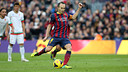 Iniesta, frappant un pénalty. PHOTO: MIGUEL RUIZ-FCB.