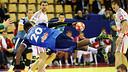 El azulgrana Sorhaindo, en un lanzamiento acrobático. / FOTO:EHF-PILLAUD